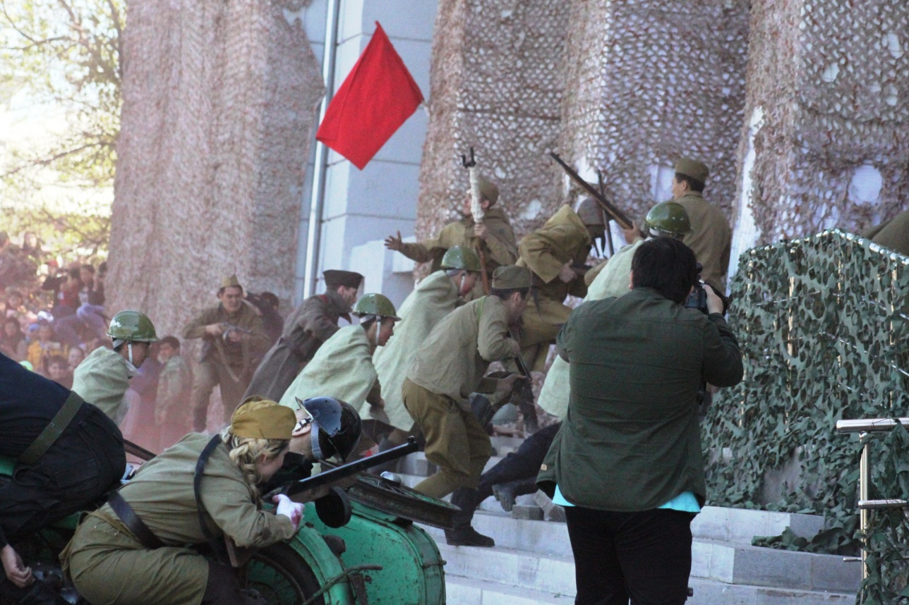 Знамя Красной Армии на фасаде Рейхстага было водружено 30 апреля 1945 года
