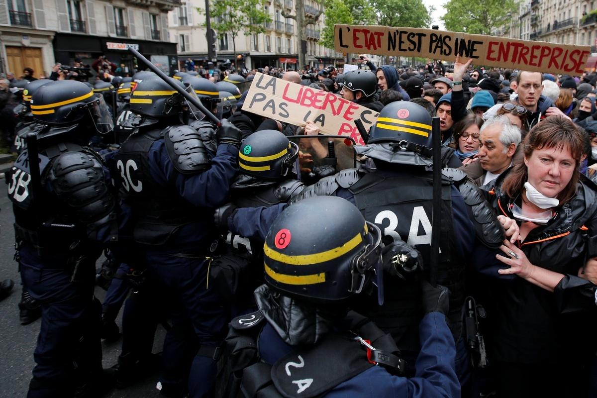 Сотни людей вышли в центр Парижа на акцию протеста
