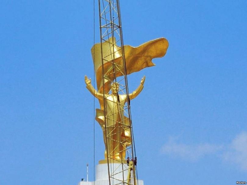 Демонтаж золотой статуи бывшего президента Туркменистана Сапармурата Ниязова