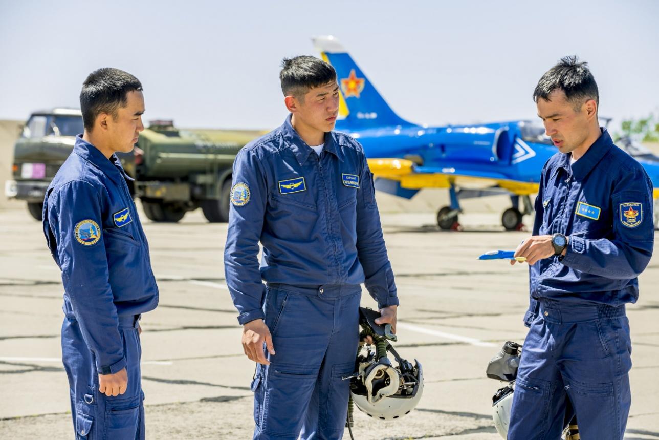 Инструктор капитан Самат Муканов с курсантами