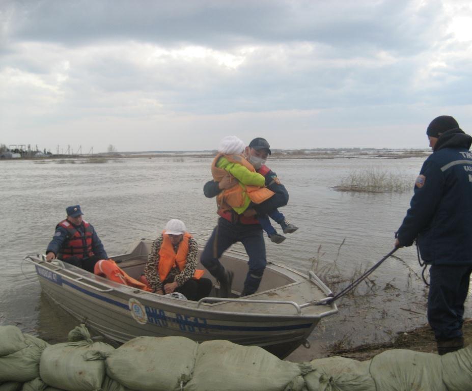 Спасатели продолжают эвакуировать население и скот