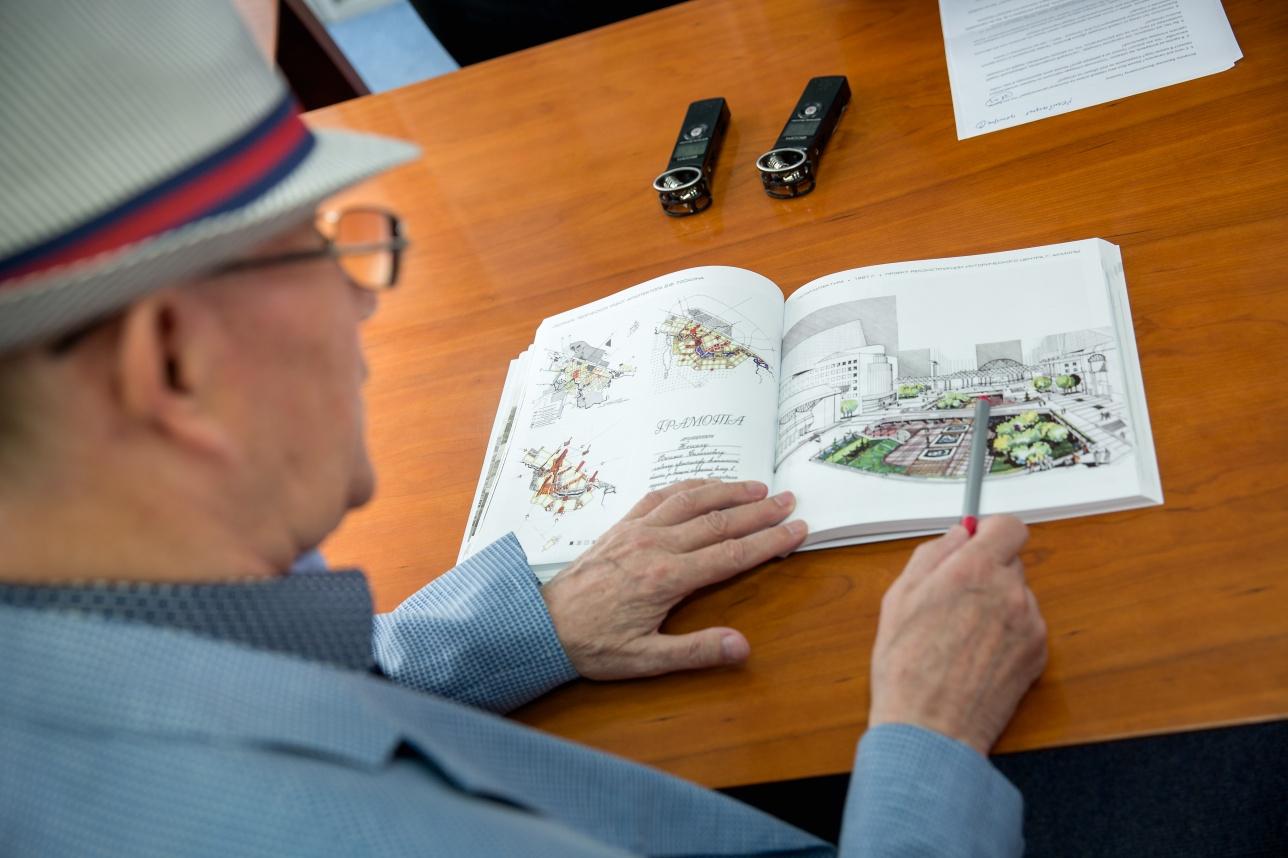 Василий Тоскин показывает схематическое изображение старой площади Астаны