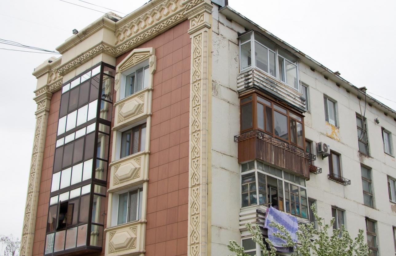 """Дом на проспекте """"Республики"""" со стороны двора (Астана 2017 г.)"""