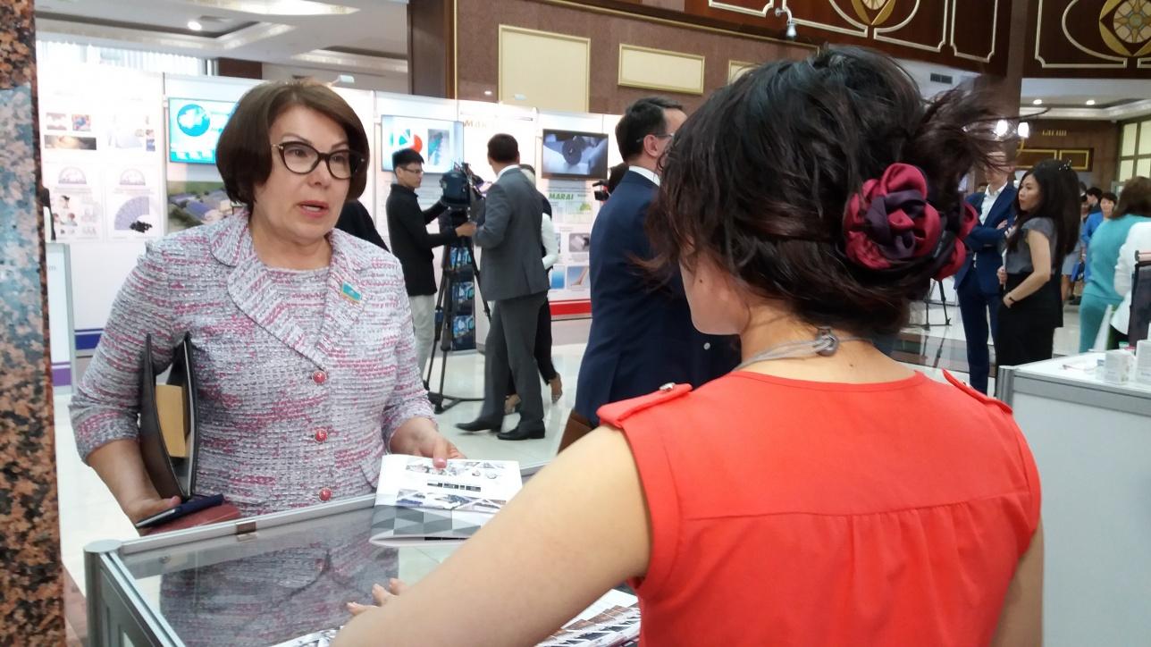 Гульжана Карагусова разговаривает с представителями фармпроизводителей