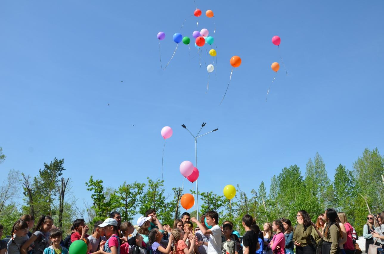 Подаренные шары, дети отпустили в небо