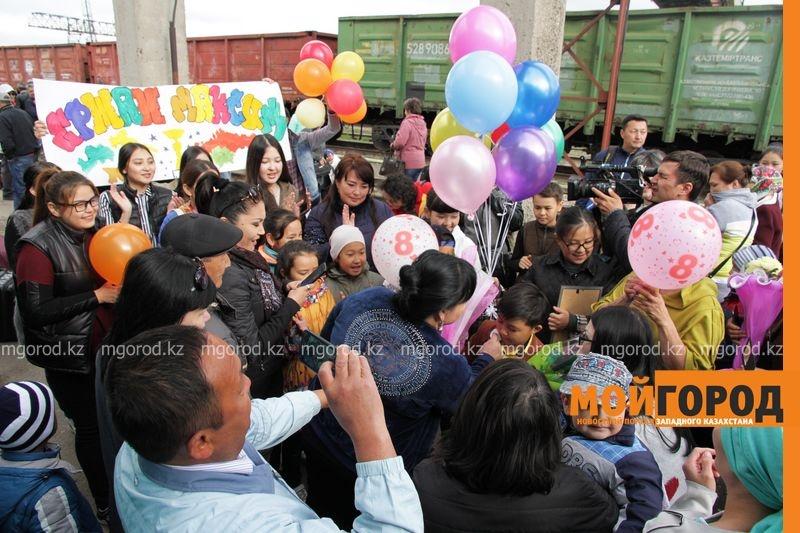 Жители Уральска встретили Ержана на железнодорожном вокзале