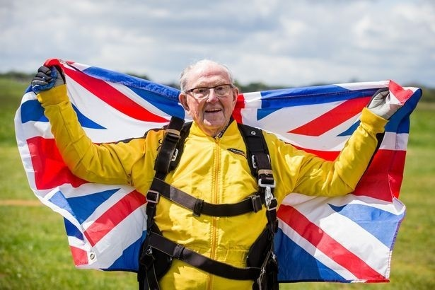 Вердун Хайес стал мировым рекордсменом, совершив прыжок с парашютом в 101 год и 37 дней