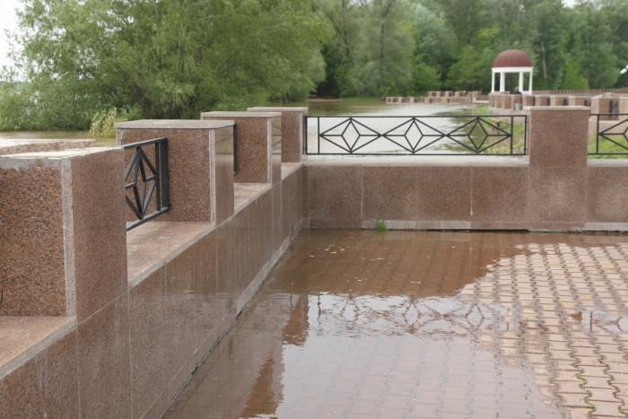 Вода уже затекает на брусчатку Набережной