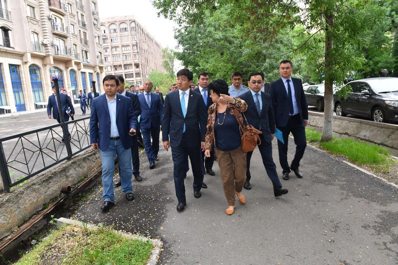 Бауыржын Байбек проинспектировал парки и дворы в Алмалинском районе