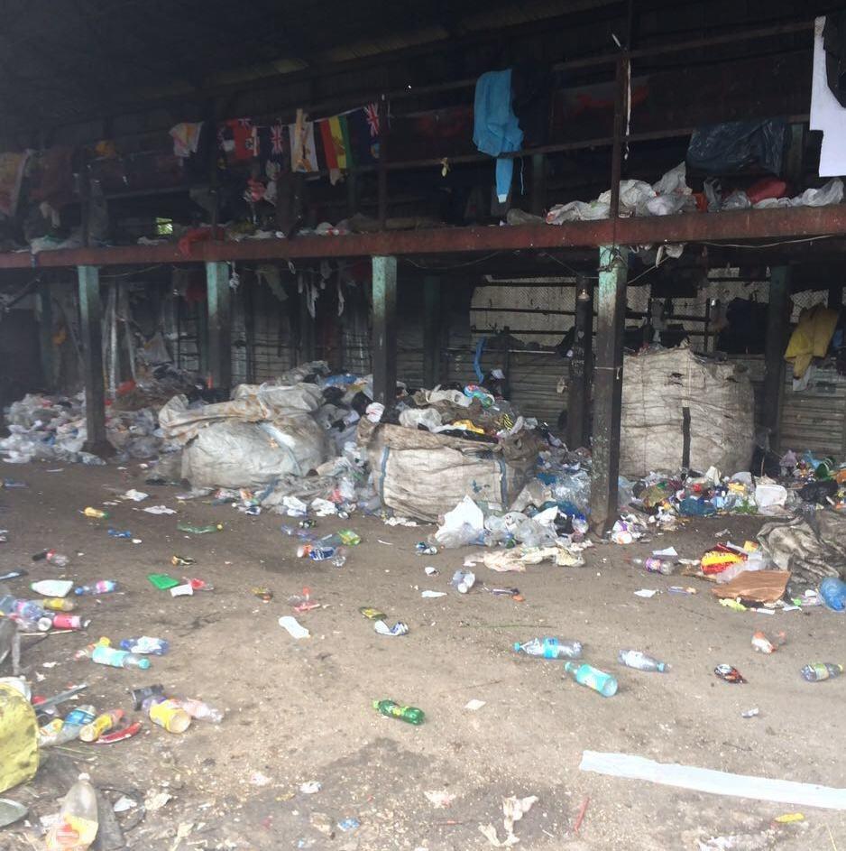 Жили люди тут же, среди мусора
