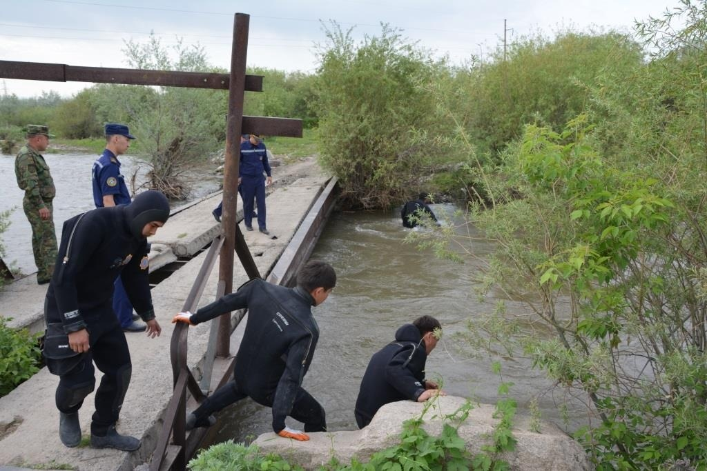 Водолазы обнаружили тело девочки в реке Каратал