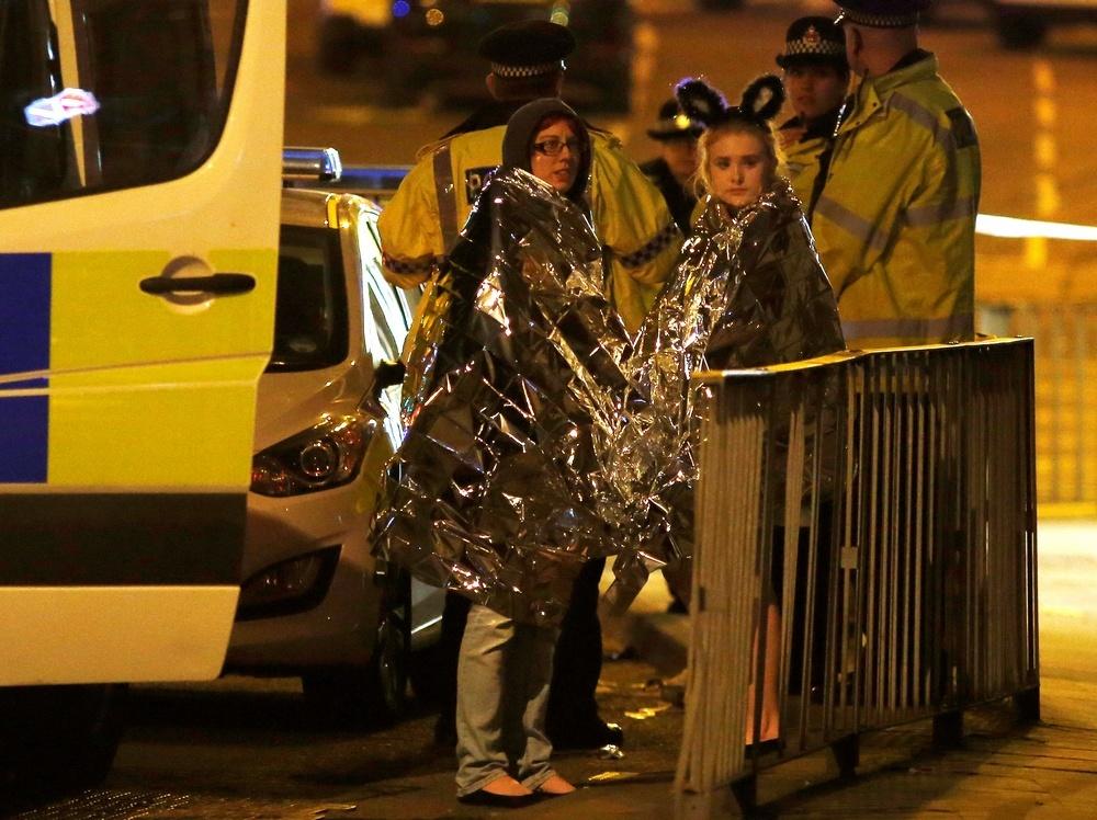 Эвакуированные со стадиона Манчестер-Арена