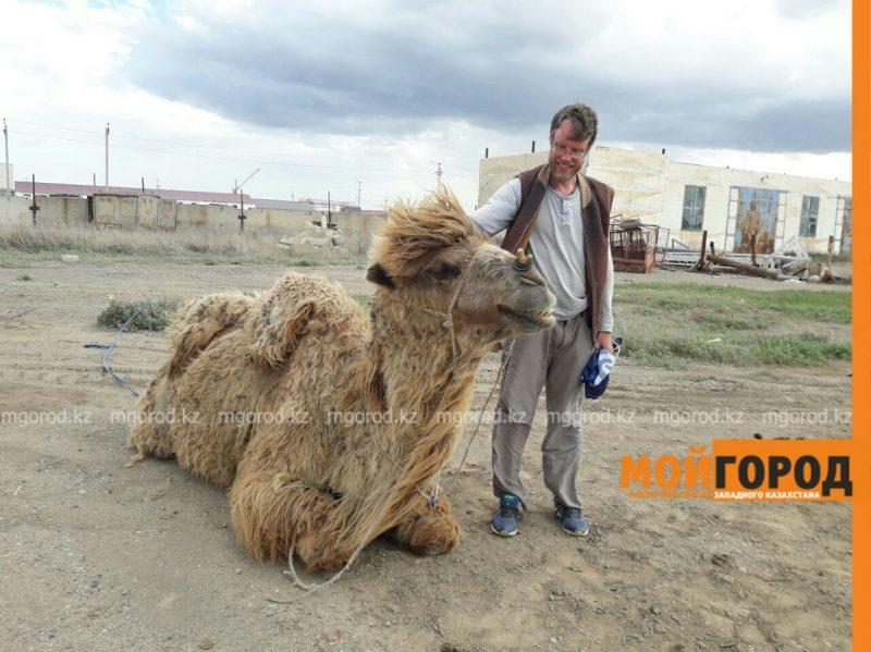Швейцарец путешествует по Казахстану пешком с верблюдом