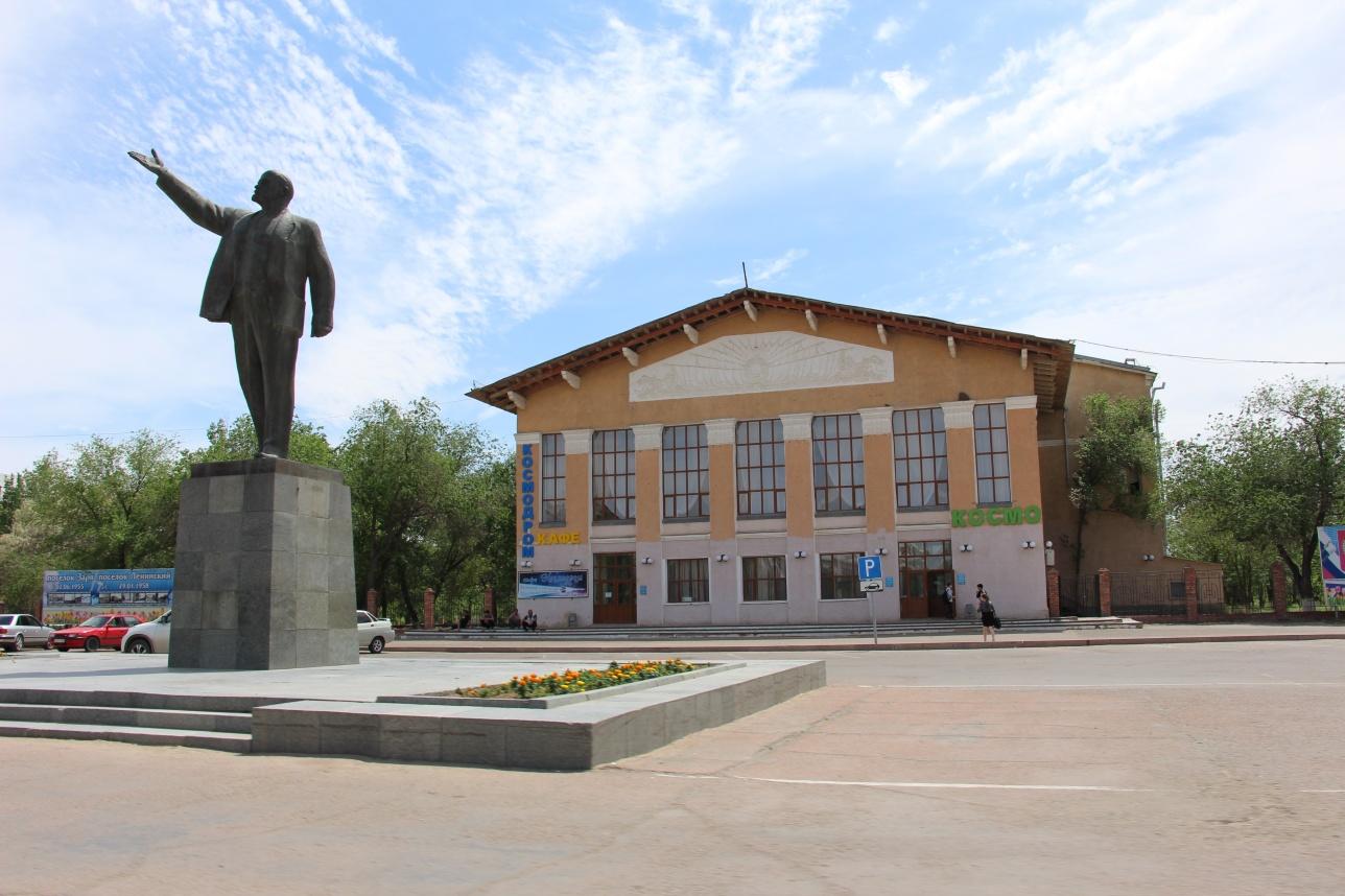 Памятник Ленину на центральной улице Байконура