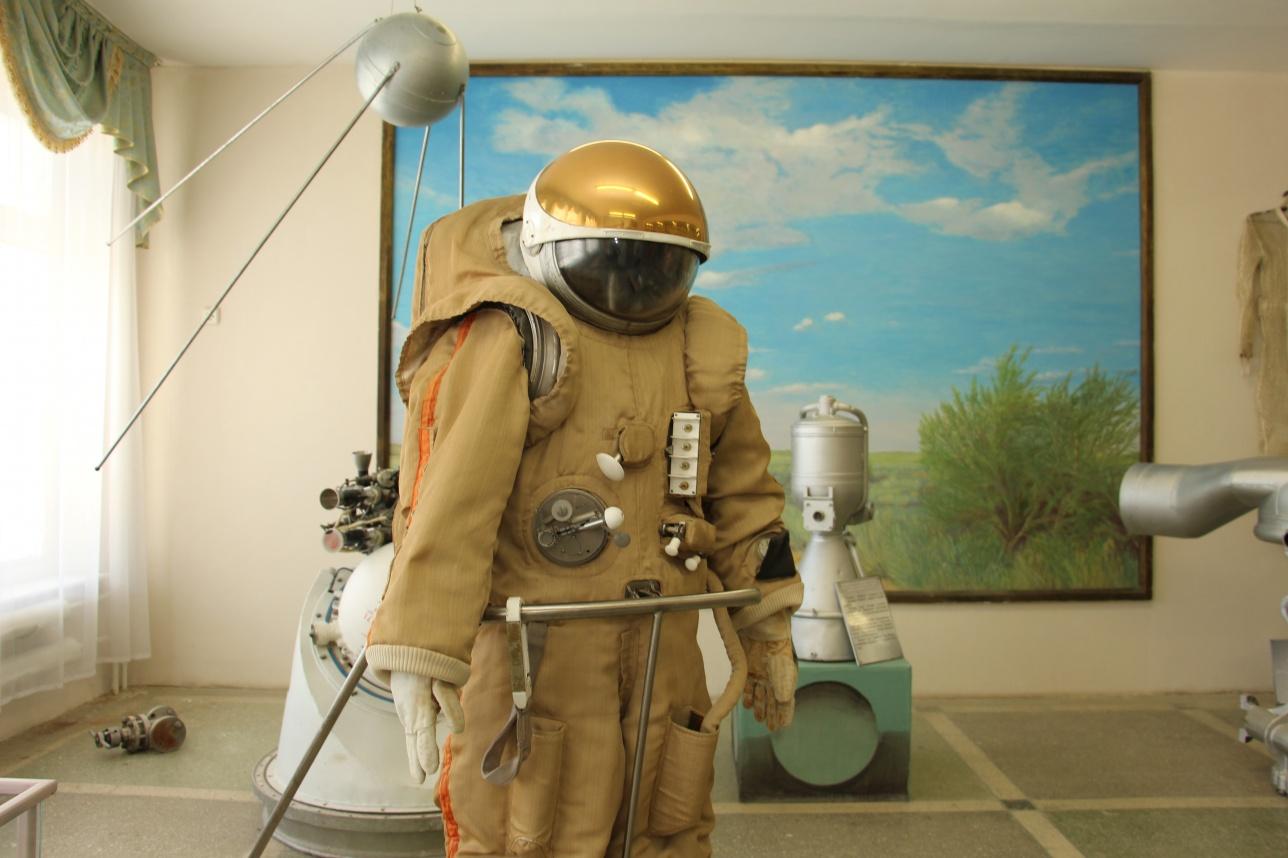 Скафандр одного из известных космонавтов выставлен в МКШ