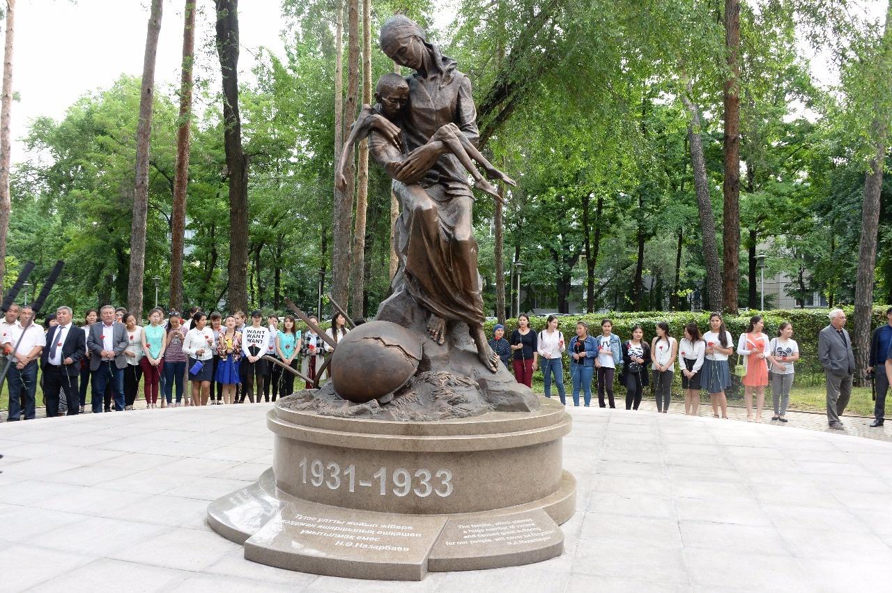 Памятник жертвам голодомора открыли в Алматы