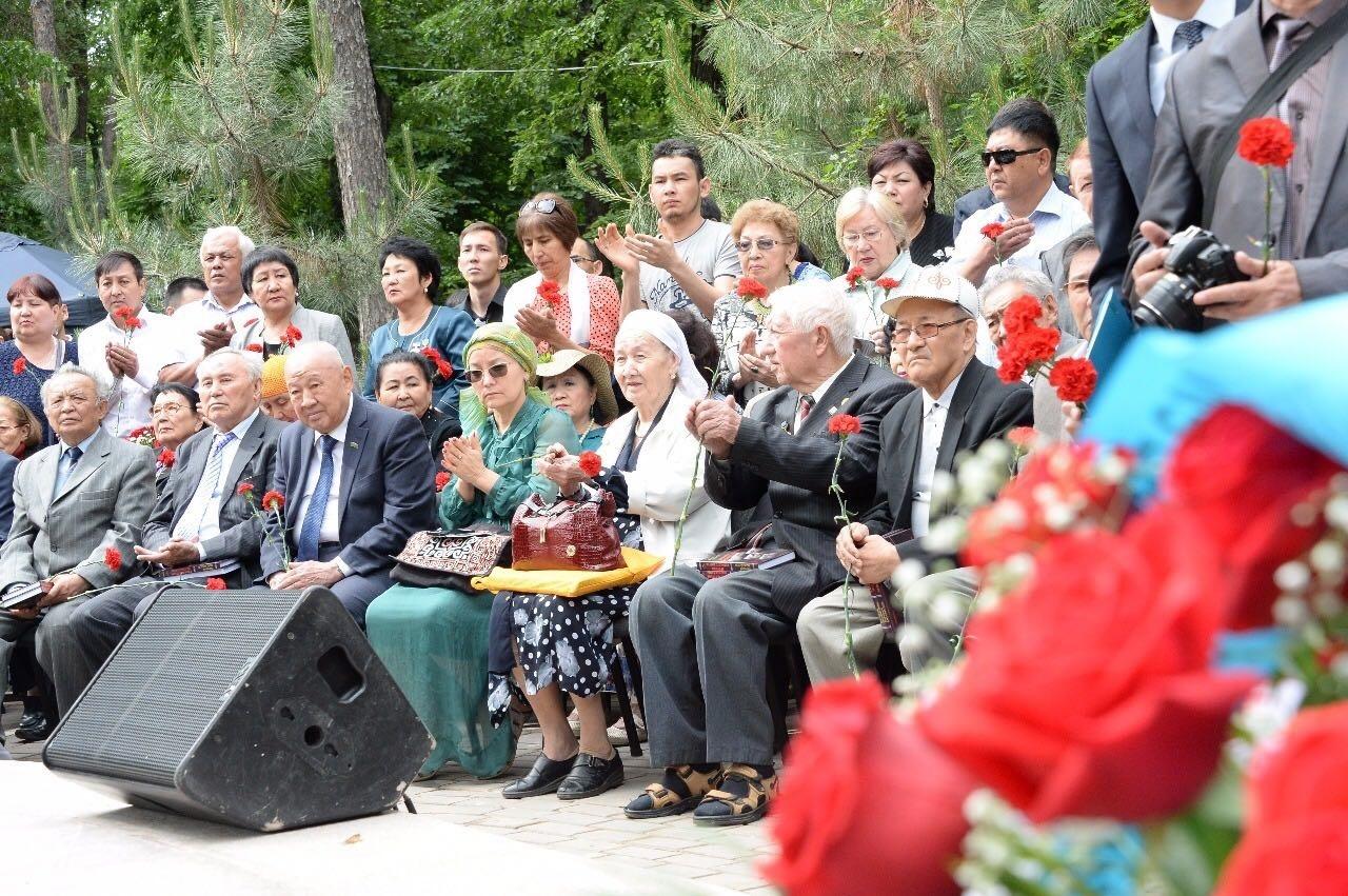 Почётные гости на открытие памятника