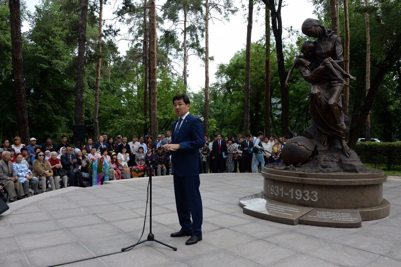 Открыл памятник аким Алматы Бауыржан Байбек