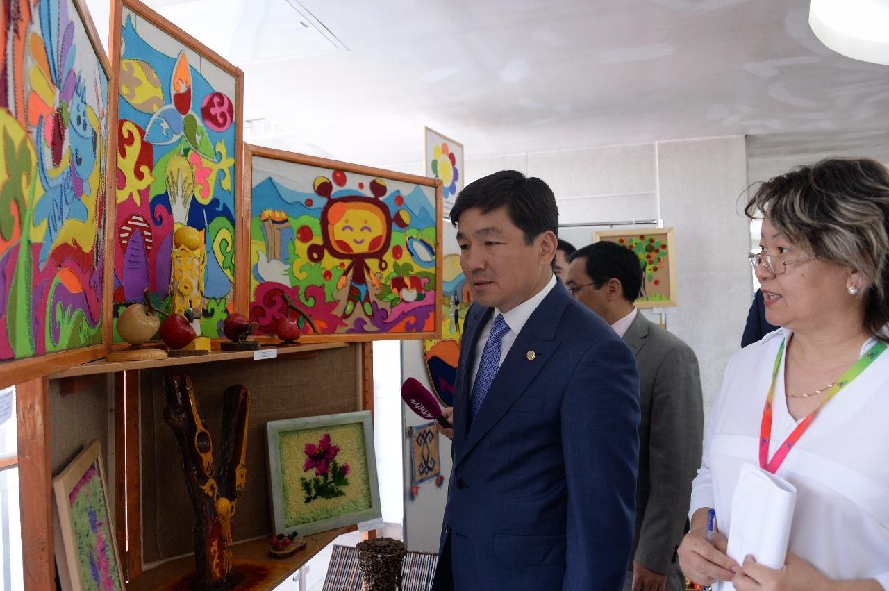 Байбек купил триптих, сделанный руками детей с нарушениями развития