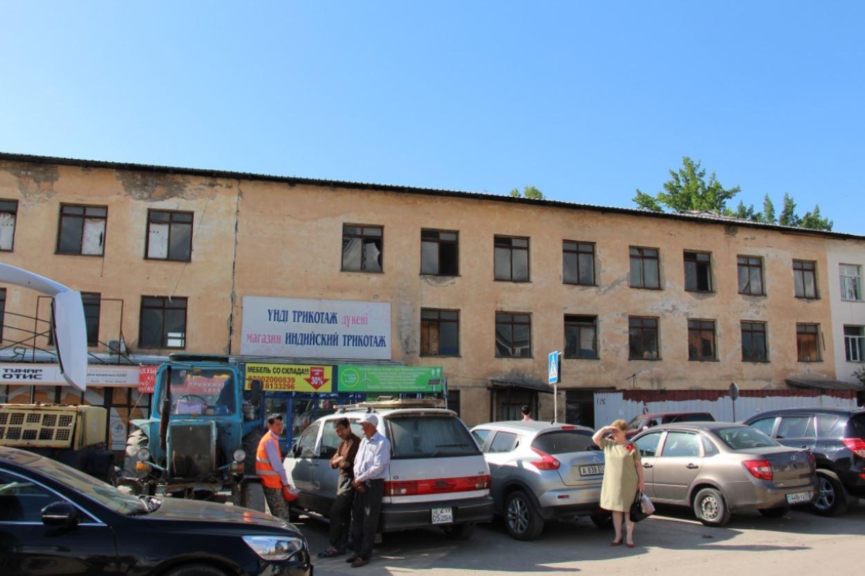 Заброшенное здание возле реки Каргалы