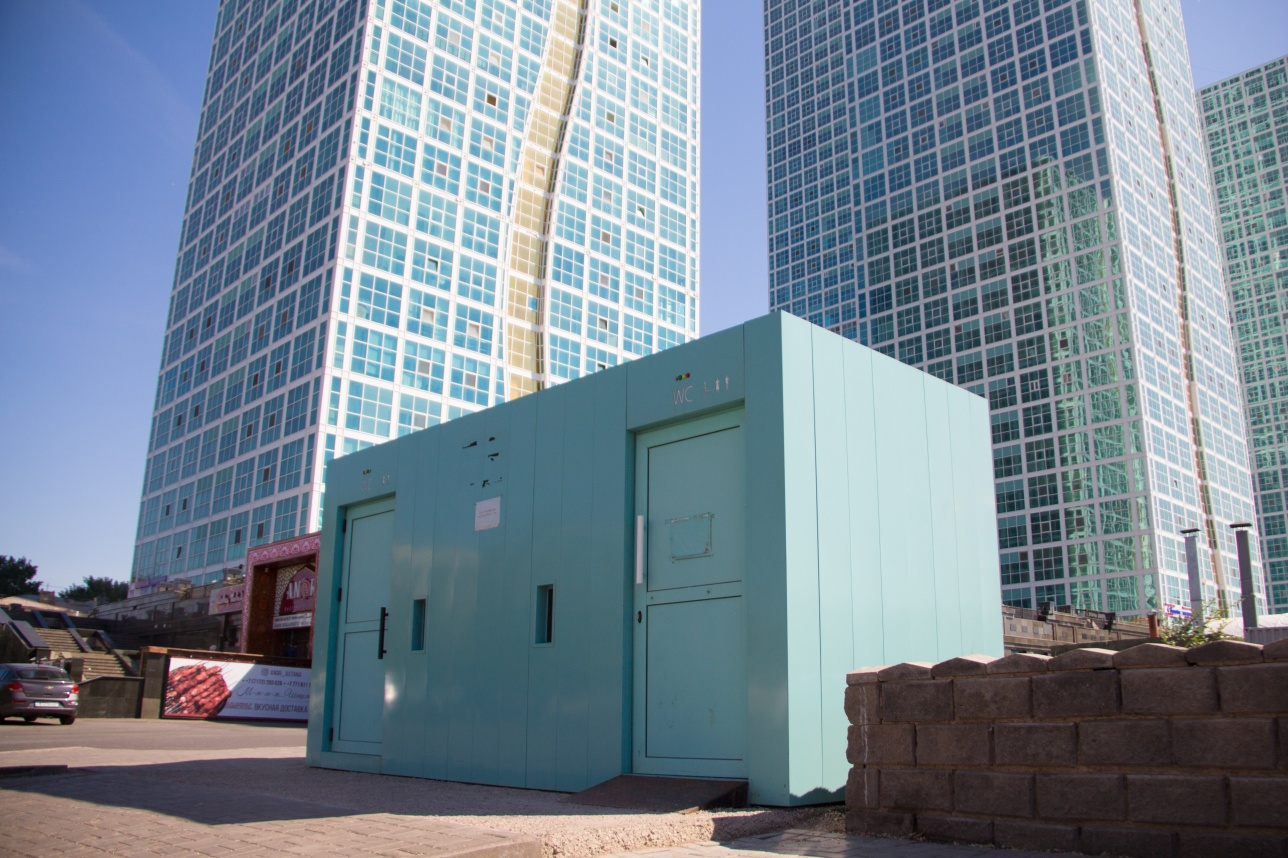 Неработающий туалетный модуль на набережной Астаны