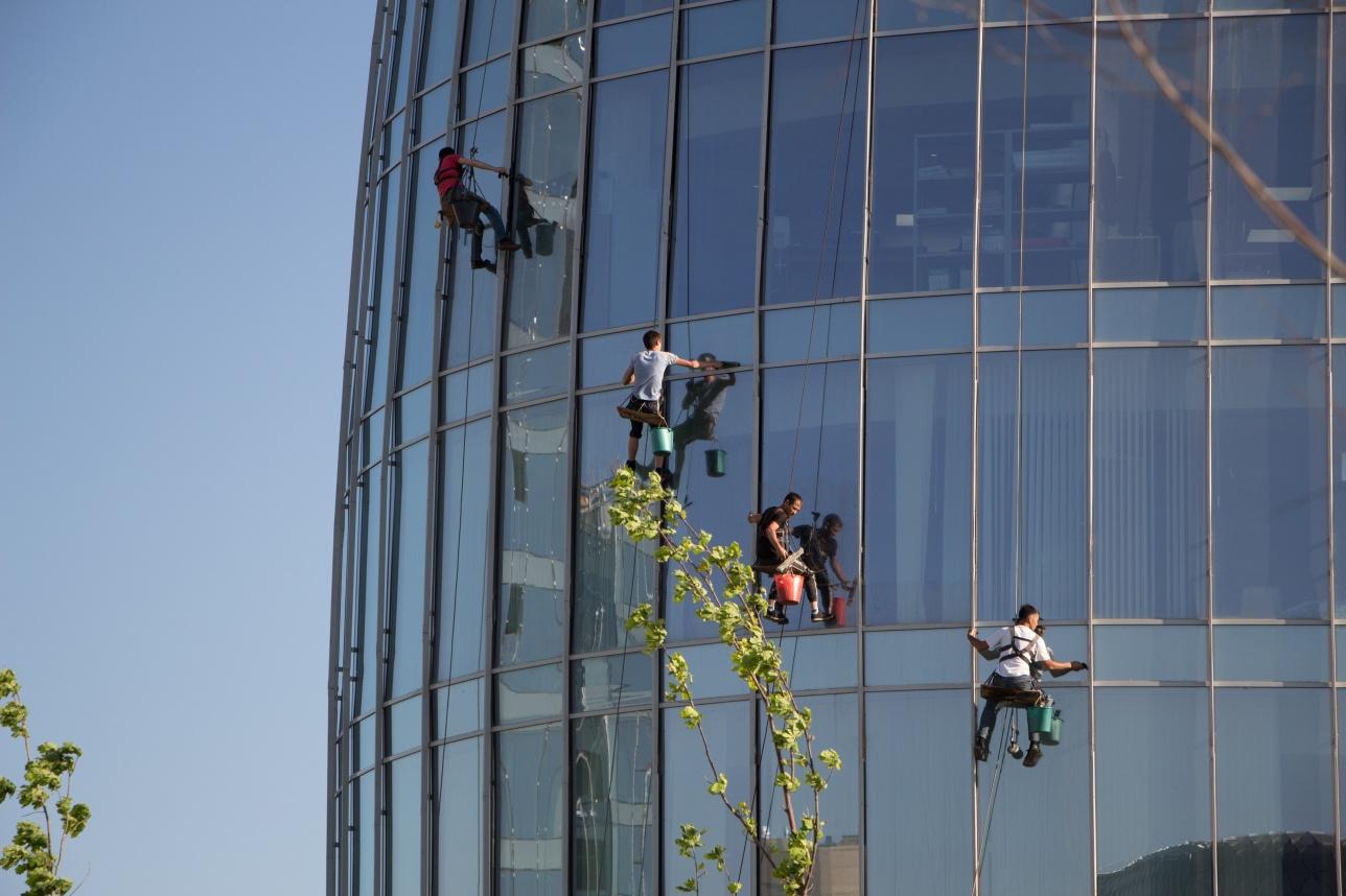 Промышленные альпинисты моют окна