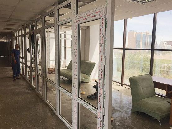 Каркасы прозрачных стен начали монтировать в УВД Атырау
