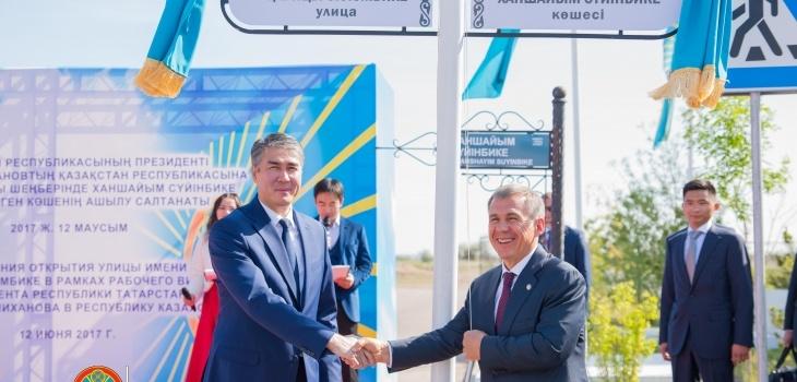 Представители двух стран скрепили церемонию рукопожатием