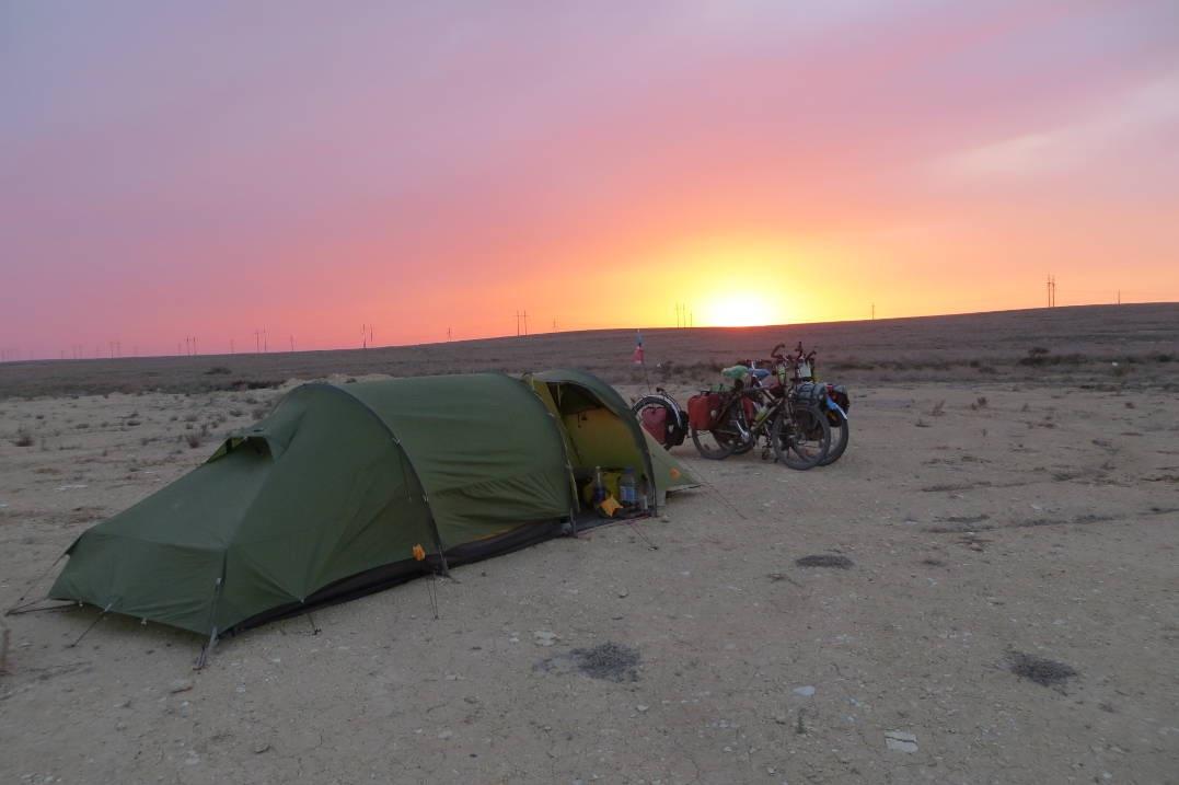 Туристы свернули палатки и переночевали дома у актаусцев