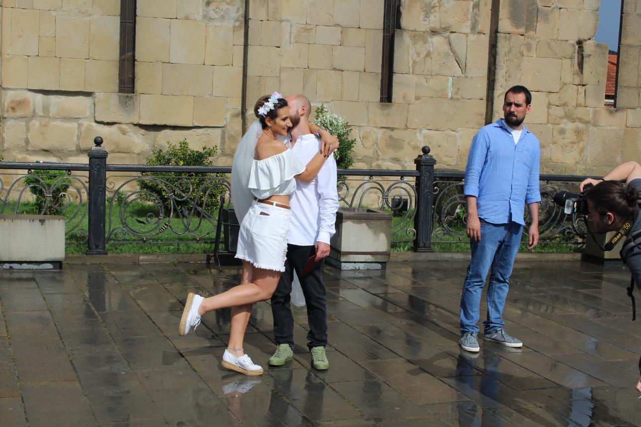 Пара новобрачных в современных свадебных нарядах возле Мцхетского кафедрального собора