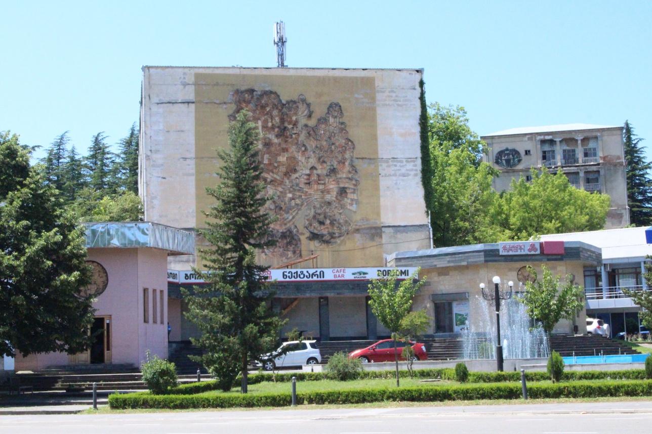 Здание советского периода с мозаикой на стене
