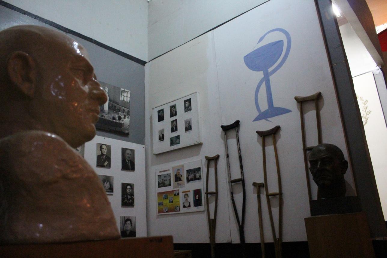 Экспозиция с костылями в краеведческом музее Цхалтубо