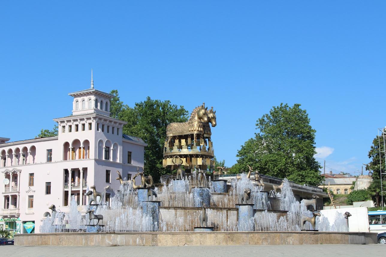 """""""Поющий"""" фонтан в центре Кутаиси"""