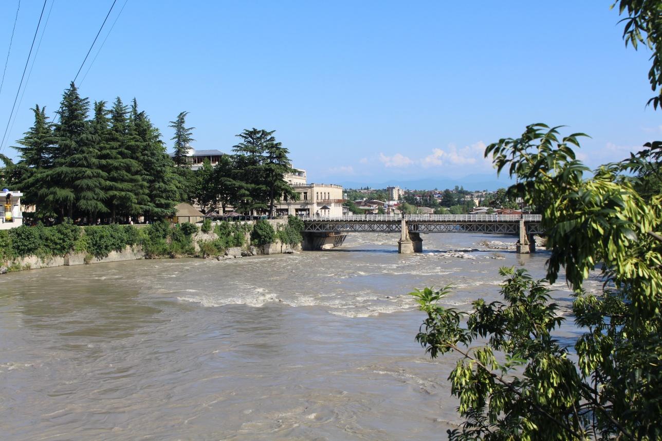 Река Риони делит город Кутаиси на две части: историческую и новую
