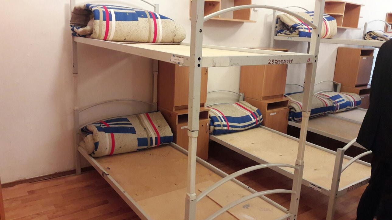 Юные спортсмены спят на двухъярусных кроватях по 15 человек в комнате