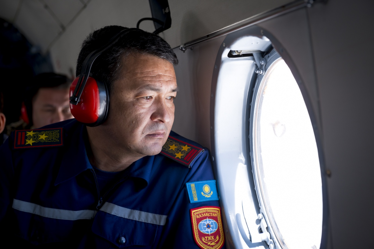 Дарынбек Байсариев, начальник ДЧС Алматинской области на борту вертолета