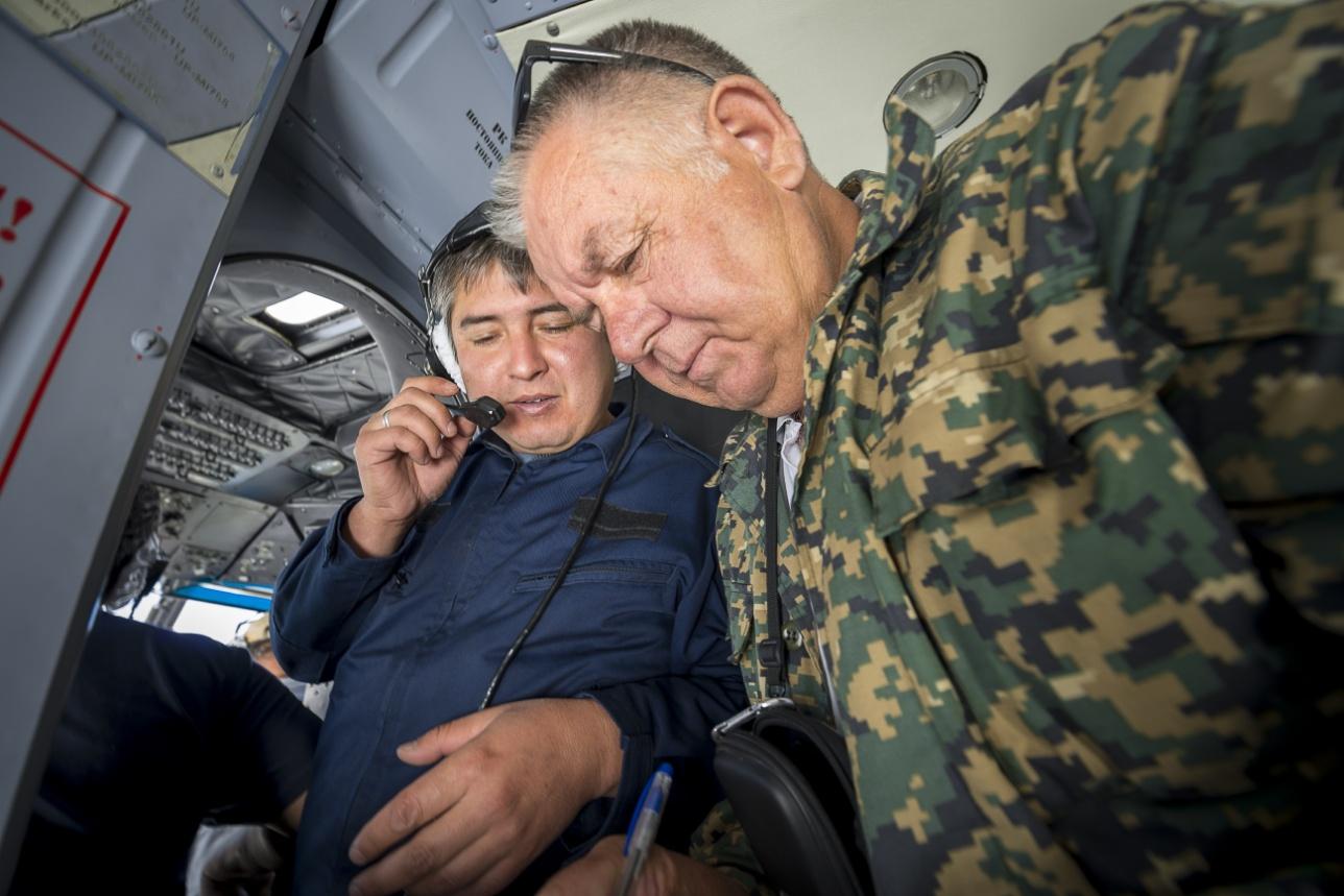 Экипаж сообщает специалисту ДЧС высоту и координаты