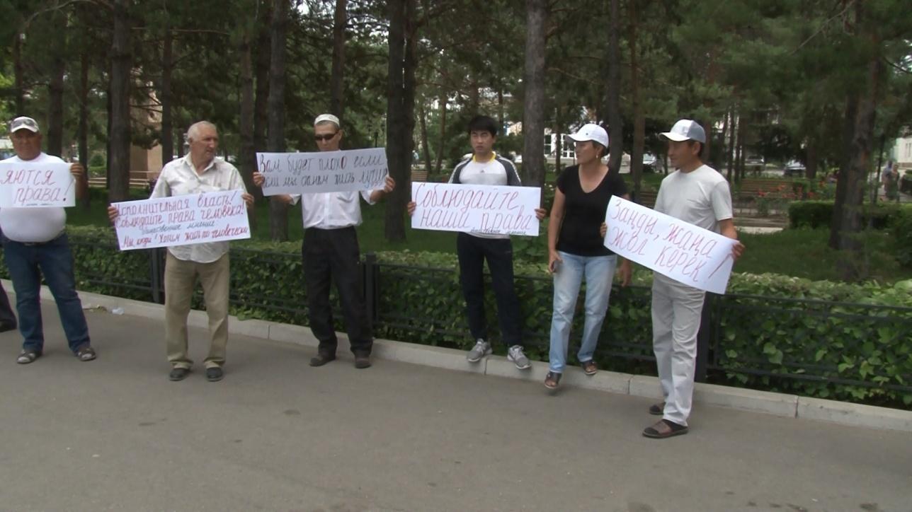 Жители посёлка Бактыбай митингуют против строительства трассы