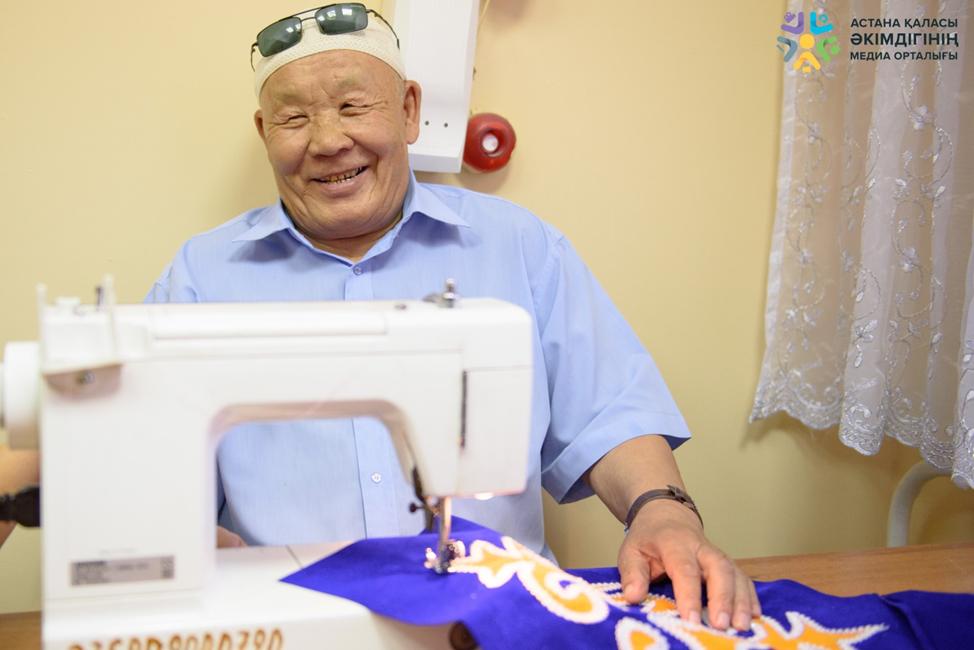 Амиргали Алимбаев научился в центре шить на швейной машинке