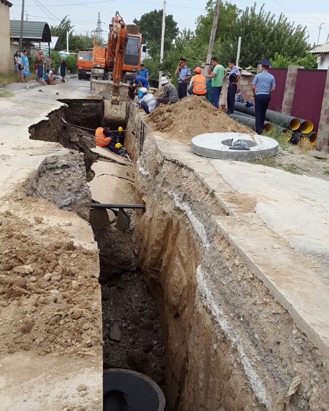 Троих рабочих завалило грунтом в Шымкенте