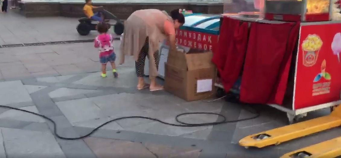 Продавец мороженого в Астане мыла ложки водой из фонтана