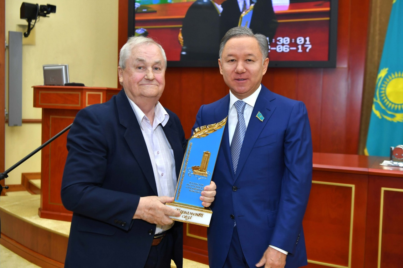 Нурлан Нигматулин вручает премию Юрию Таракову