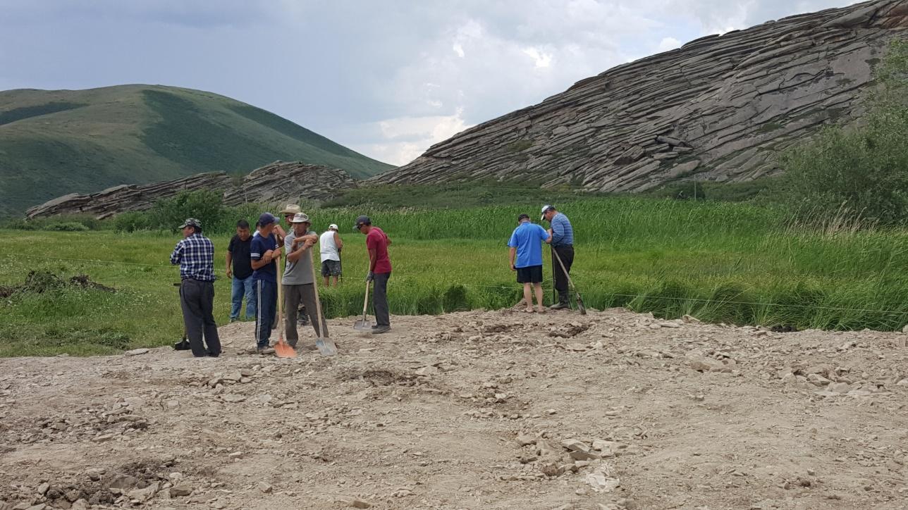 Праздно ходящие люди с лопатами на месте строительства пляжа на Сибинских озёрах