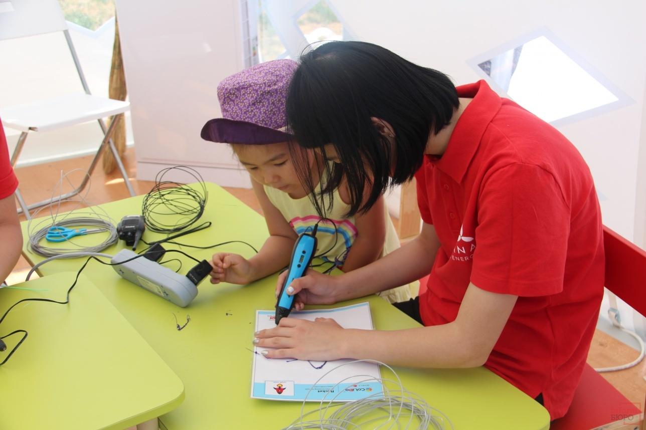 Дети создают картины 3D-ручкой