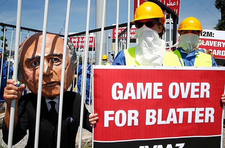 """Акция перед швейцарской ареной «Халленштадион», которая принимает 65-й Конгресс ФИФА: """"Для Блаттера игра закончена""""."""