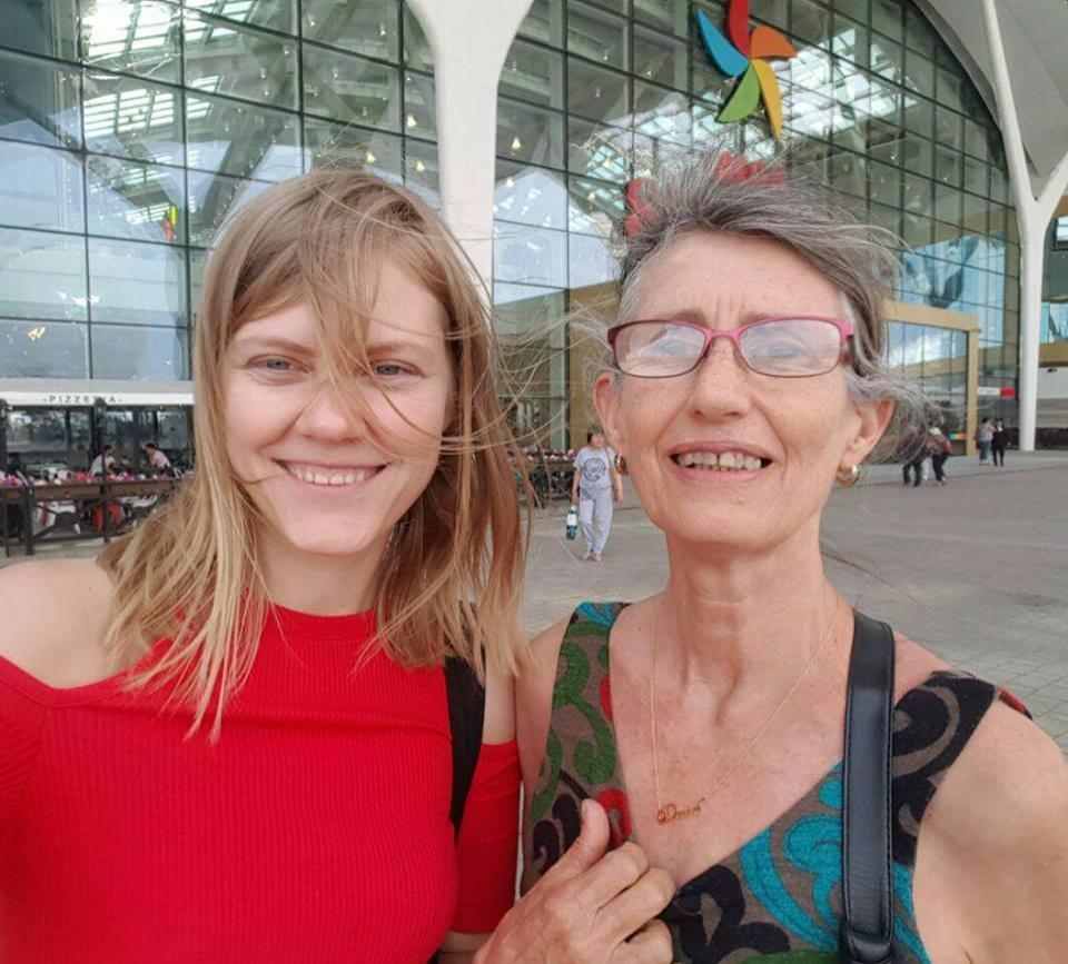 Алиса Келлогг(на фото справа) рада поездке в Казахстан