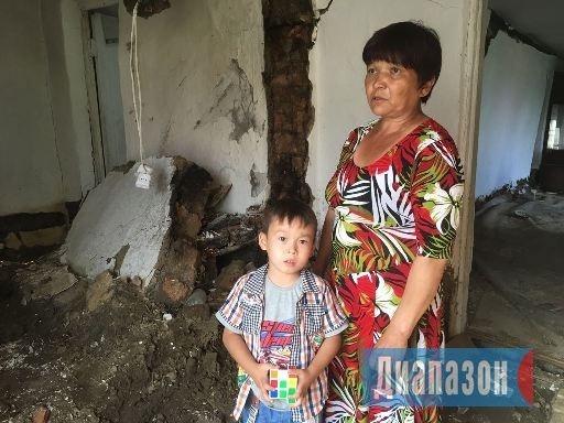 Дана Темирбаева с внуком в разрёшенном доме