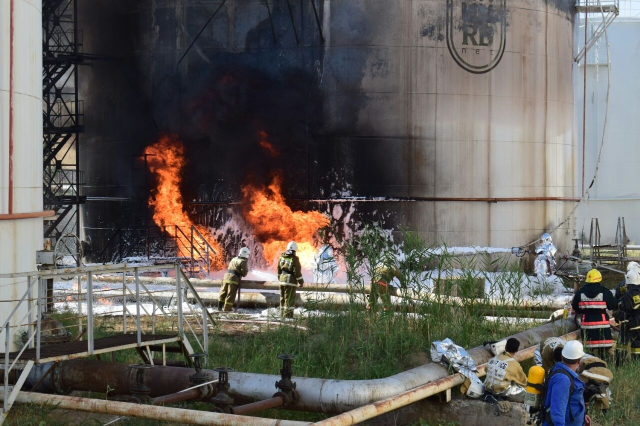 Во время пожара произошло частичное обрушение стационарной крыши резервуара