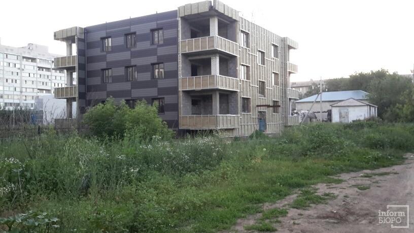 Строящийся дом, возле подвала которого обнаружен младенец