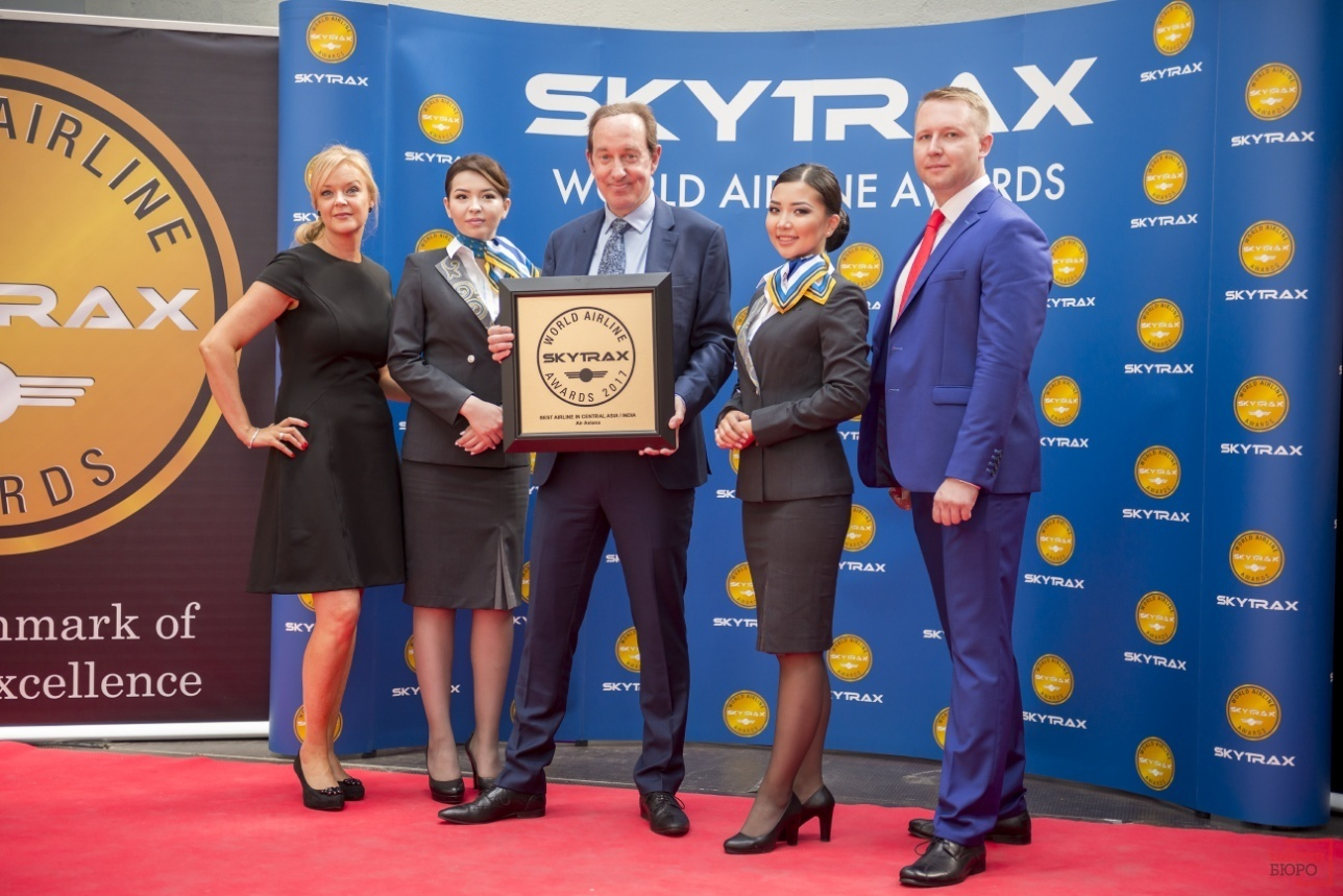 Президент Air Astana Питер Фостер и сотрудники авиакомпании на церемонии награждения